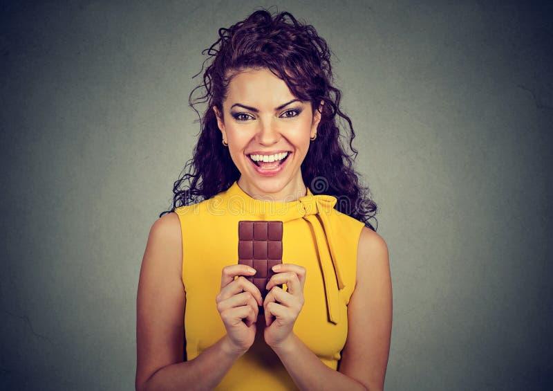 一名年轻深色的巧克力爱恋的妇女的画象 库存图片