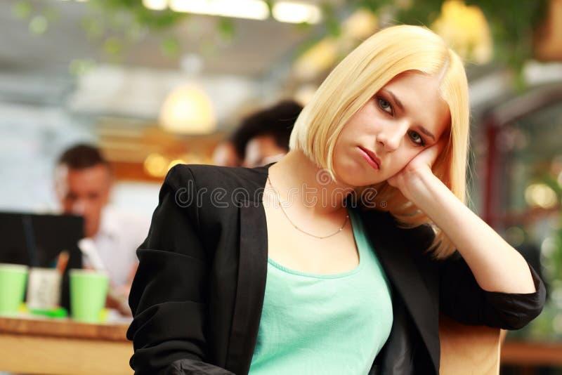 一名年轻疲乏的女实业家的画象 库存图片