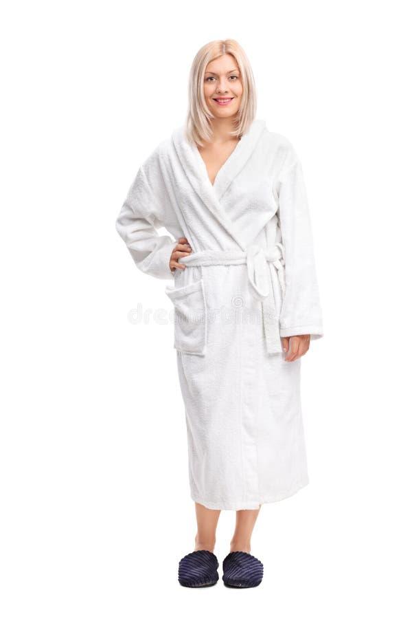 一名年轻白肤金发的妇女的全长画象一件白色浴巾的 免版税库存照片