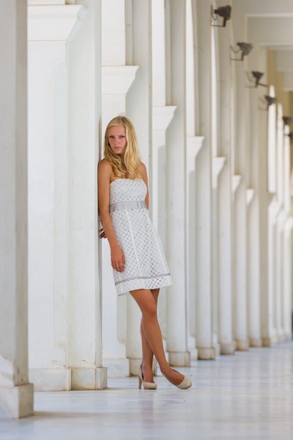 一名年轻白肤金发的妇女的街道画象 库存照片