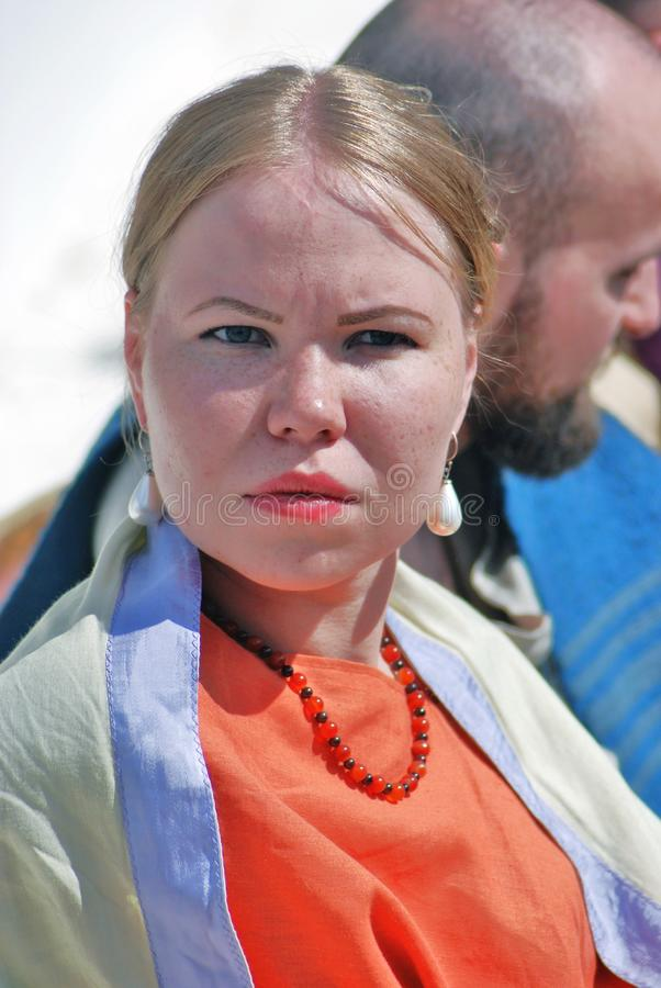 一名年轻白肤金发的妇女的画象白色礼服的 图库摄影