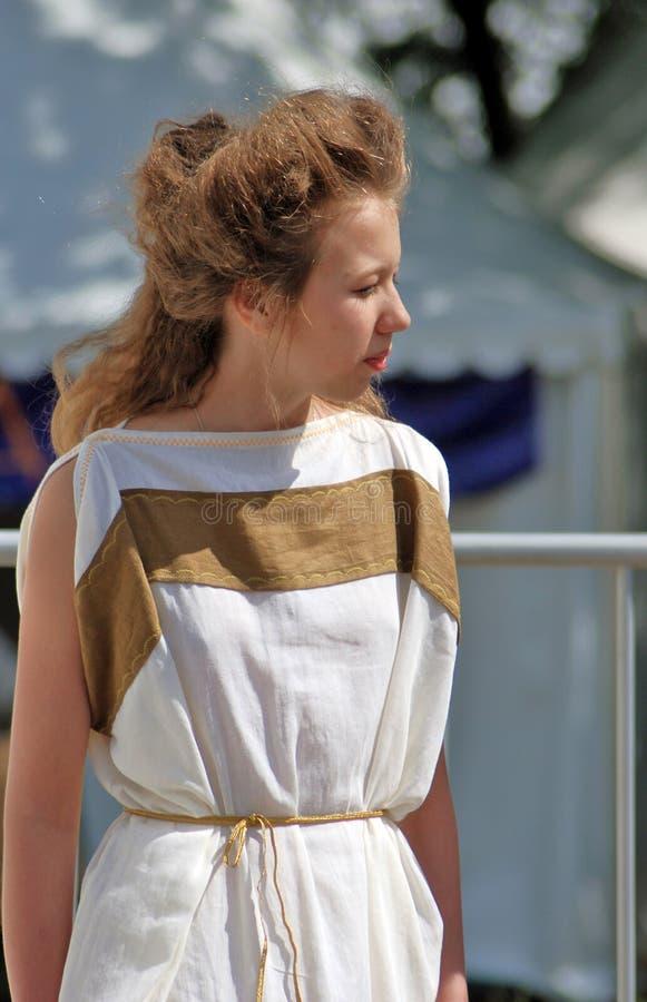一名年轻白肤金发的妇女的画象白色礼服的 免版税图库摄影