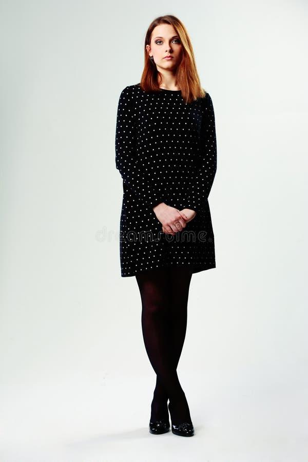 一名年轻美丽的妇女的全长画象便服的 免版税库存图片