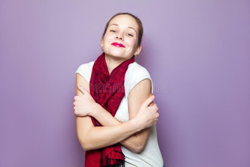 一名年轻逗人喜爱的妇女的画象有红色围巾和雀斑的在她的面孔微笑的幸福无忧无虑的情感表示概念 图库摄影