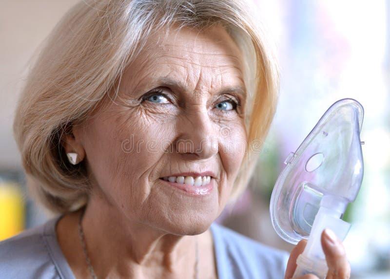 有吸入器的年长妇女 免版税库存图片