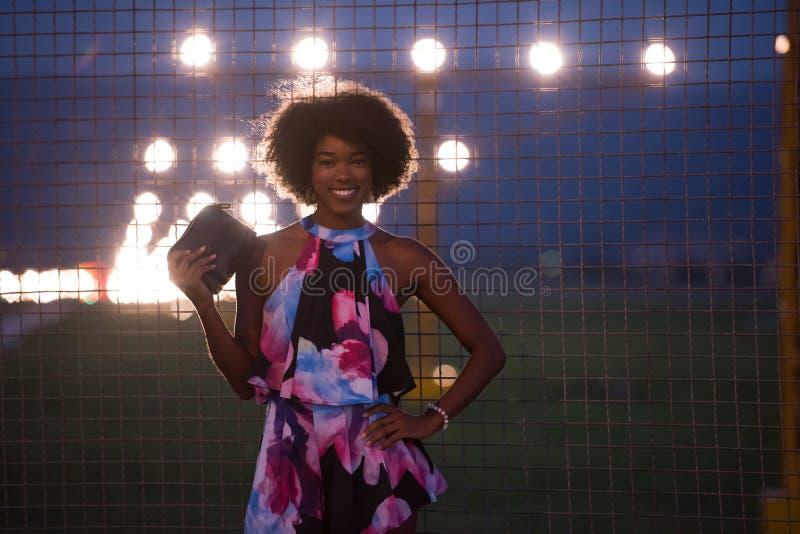 一名年轻非裔美国人的妇女的画象夏天礼服的 图库摄影