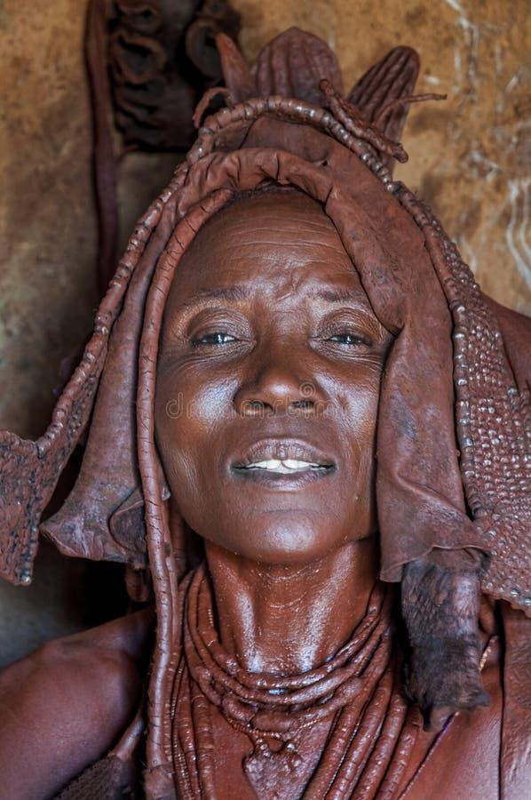 一名Himba妇女的画象在他的小屋里面的,纳米比亚 库存照片