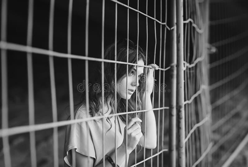 一哀伤的年轻女人的画象 免版税库存照片