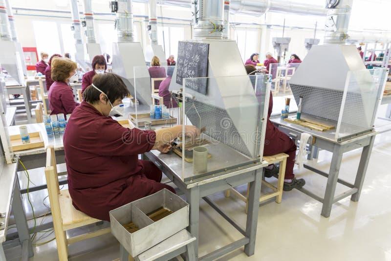 一团装配线的工作者在军火工厂 库存照片