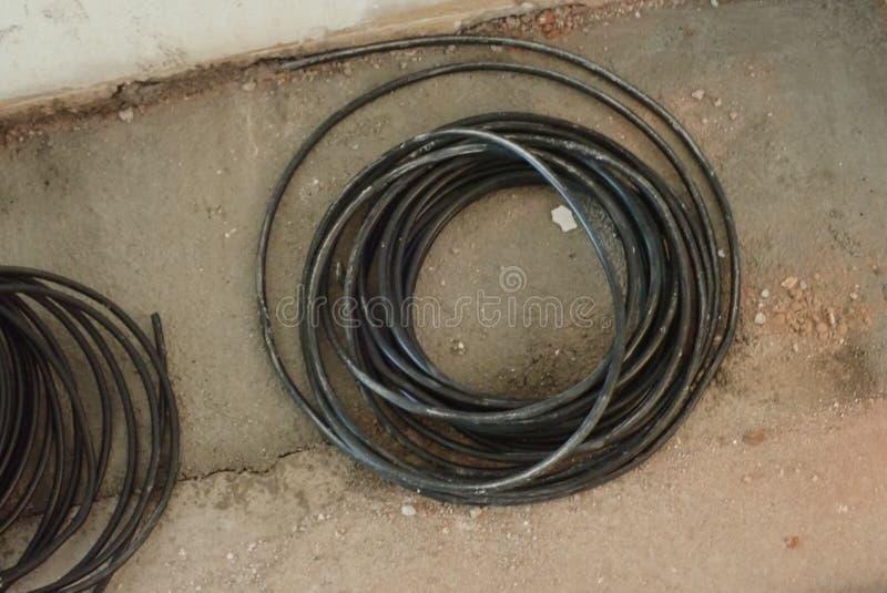 一团黑电线的圆的螺旋 免版税库存图片