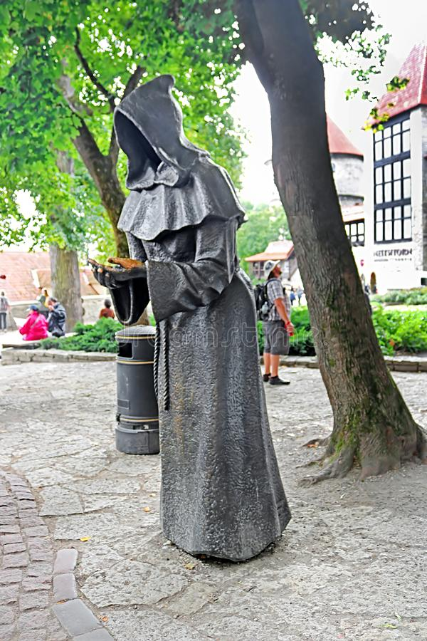 一在丹麦国王Garden的古铜色`三修士`在塔林老镇,爱沙尼亚 免版税库存图片