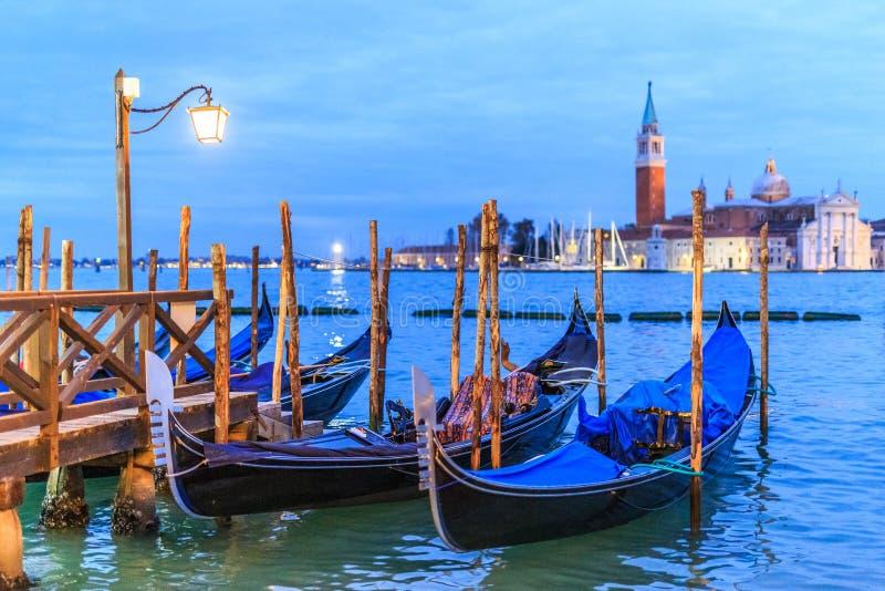 一在圣马克广场有长平底船的和美丽的景色的码头在日落以后 免版税图库摄影