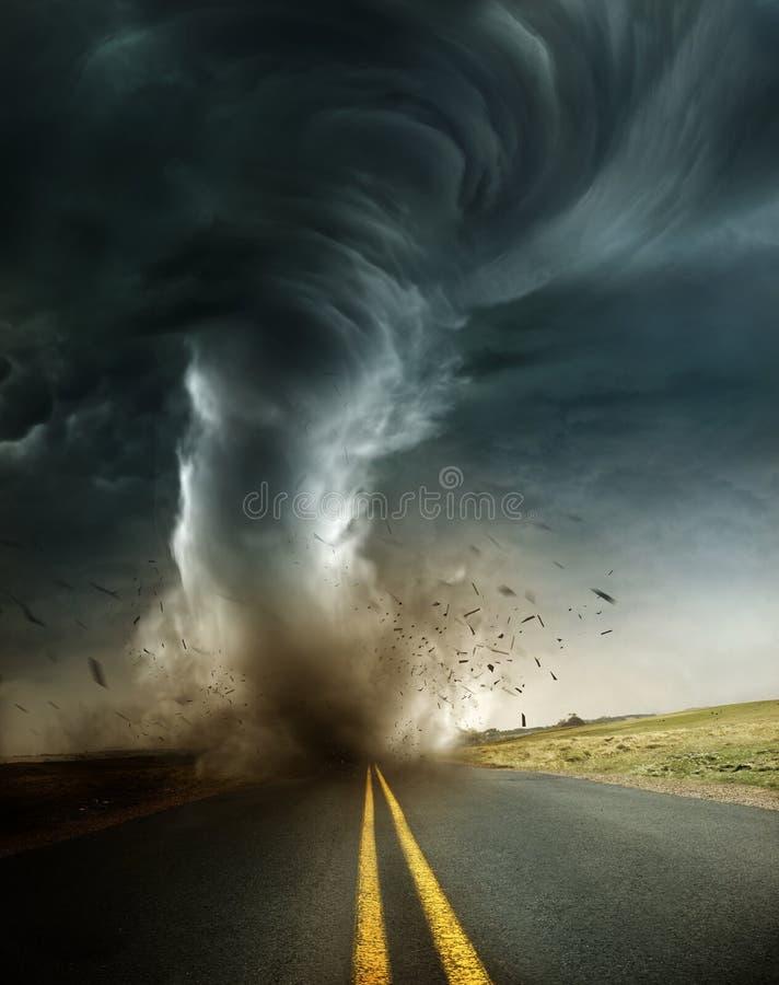 一场强有力和破坏性的龙卷风 免版税库存图片