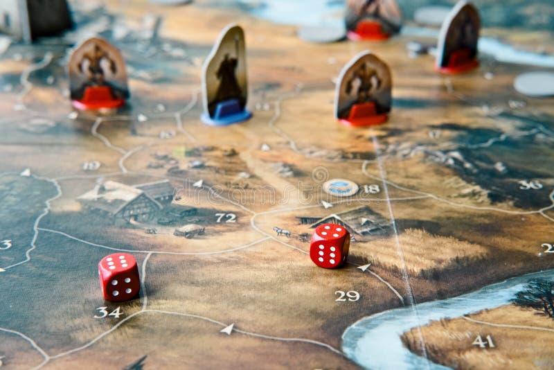 一场桌面比赛的特写镜头与模子和地图的 免版税库存照片