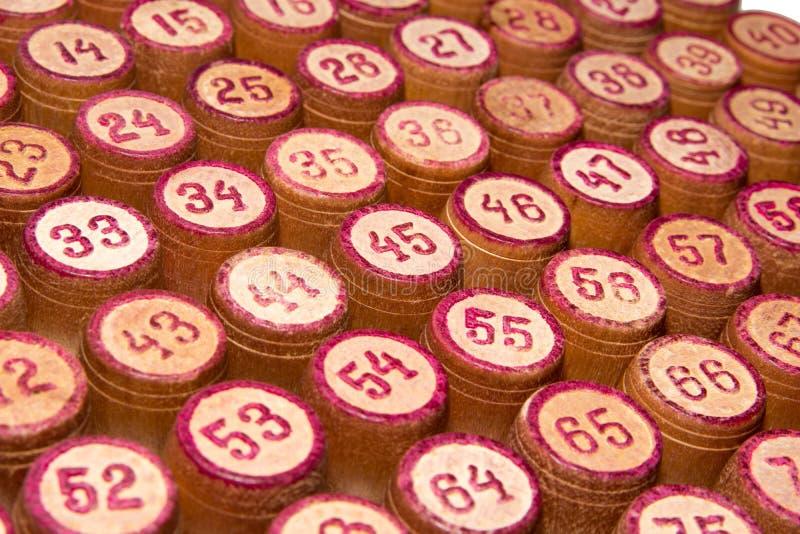 一场比赛的木小桶在与红色数字的一个乐透纸牌 葡萄酒桶宾果游戏棋 关闭 免版税库存图片