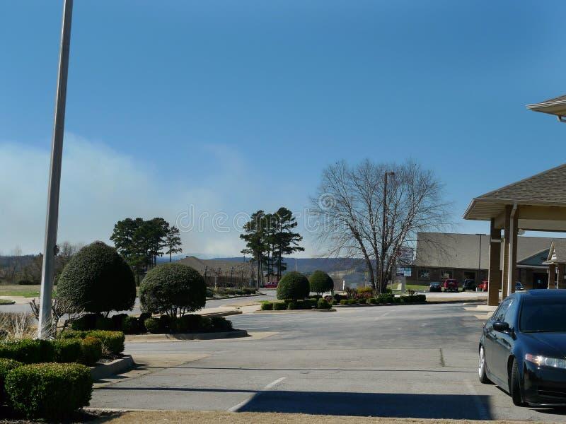 从一场草或森林火灾抽烟在范布伦,阿肯色 免版税图库摄影