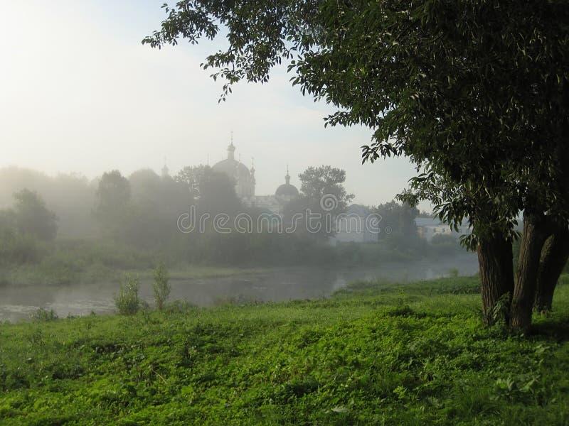一场雾的教会不在背景中 免版税库存照片