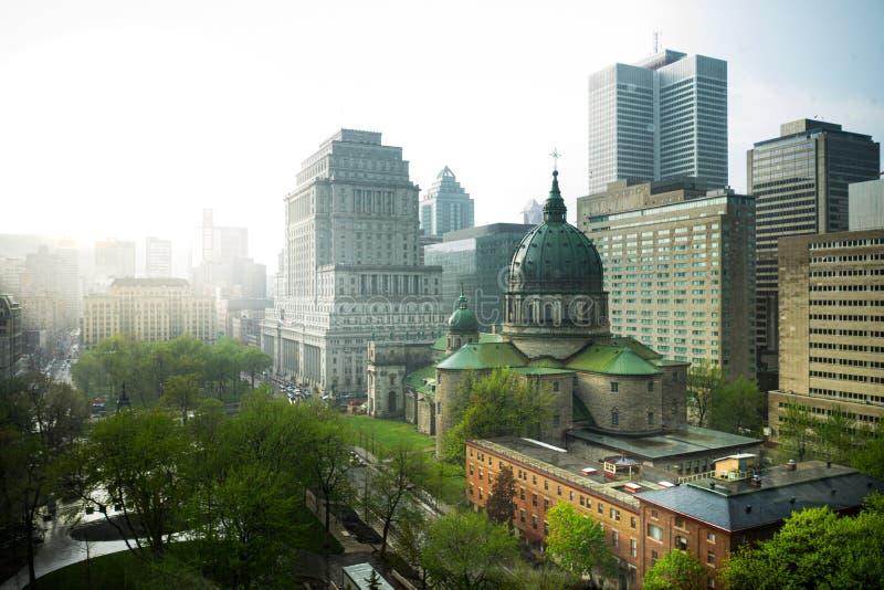 一场黄昏雨风暴通过街市蒙特利尔,魁北克 免版税库存照片