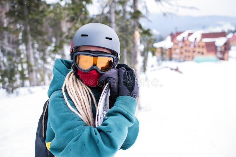 一块女性挡雪板的画象室外设备的 体育运动 免版税库存图片