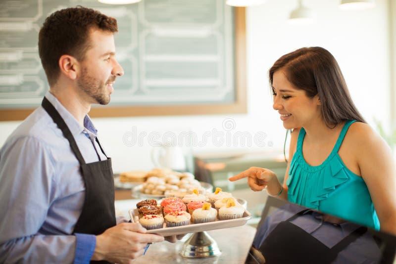 Download 一块巧克力杯形蛋糕,请 库存照片. 图片 包括有 新近地, 表面, 愉快, 有吸引力的, 自助餐厅, 女性 - 59110274