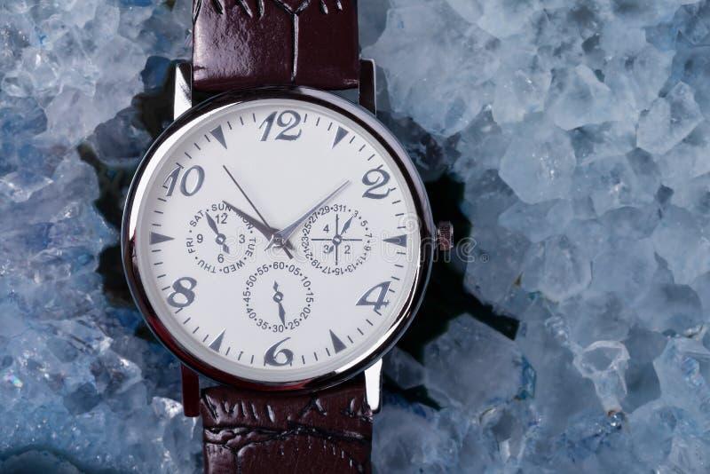一块手表的拨号盘的细节在优美的玛瑙的 库存照片