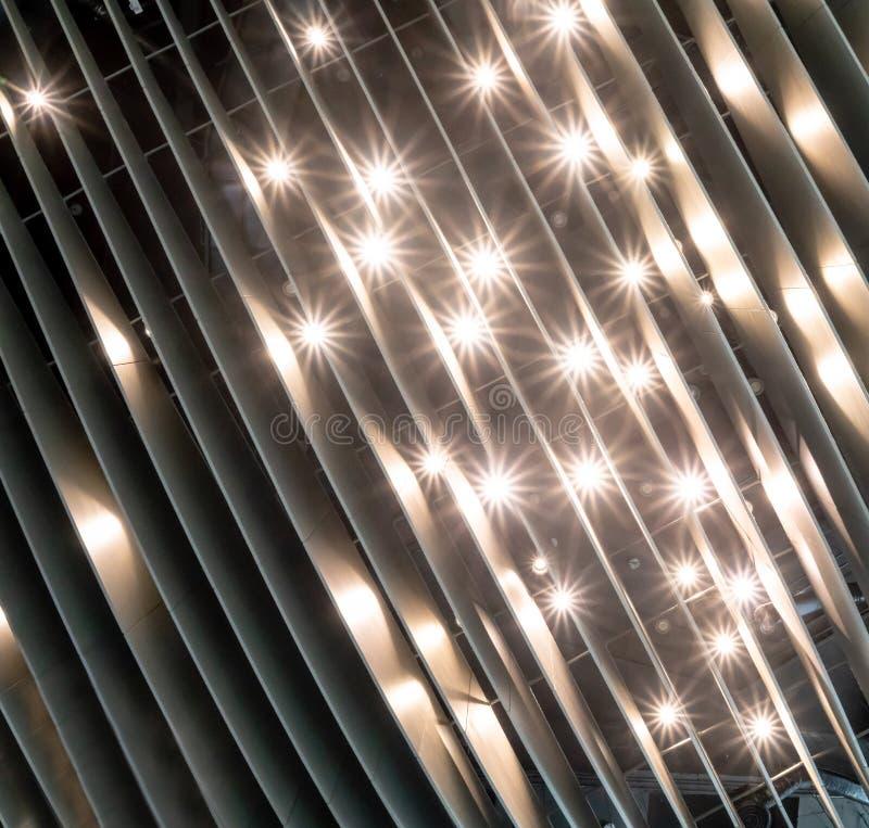 一块未来派天花板的看法与现代照明设备的 库存照片