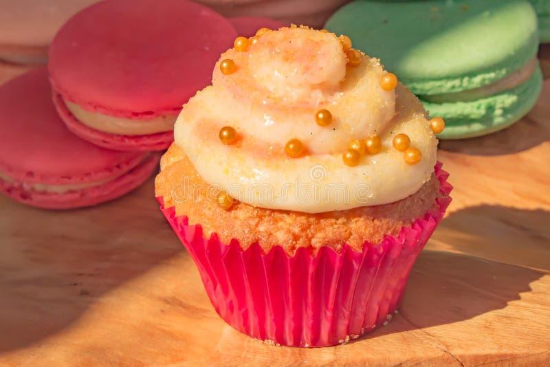 一块杯形蛋糕用蛋白杏仁饼干曲奇饼 图库摄影