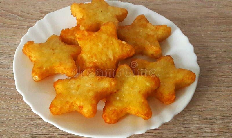 一块白色板材的土豆小明星 免版税图库摄影