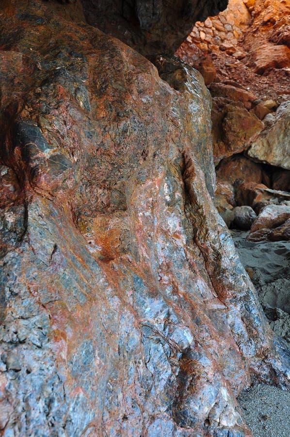 一块石头的侵蚀在从海的一个洞穴挥动 免版税库存图片