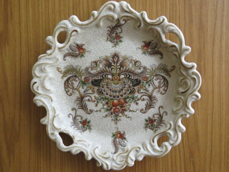 一块美丽的老破裂的瓷板材 库存图片