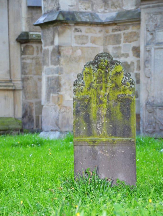 一块老严重石头在教会坟园  库存图片