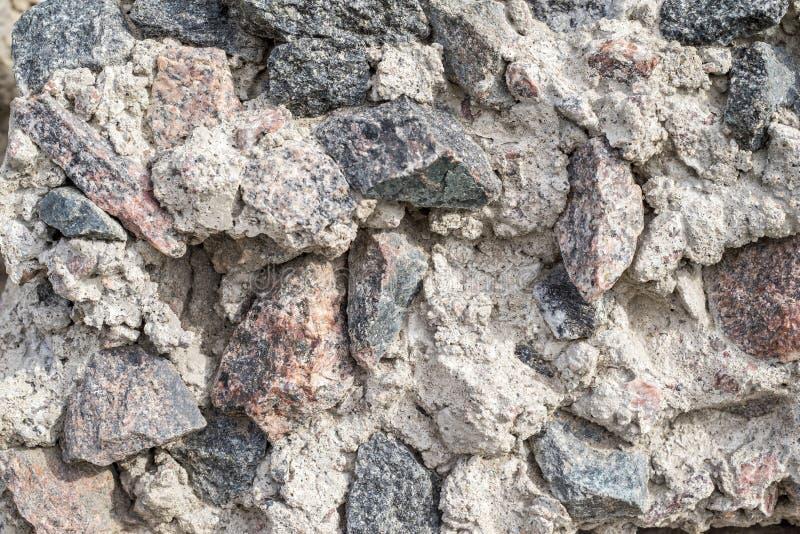 一块被击碎的石头的概略和七高八低的纹理 免版税库存图片