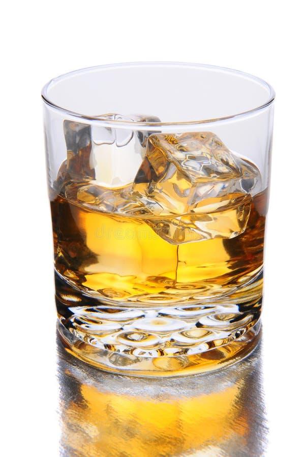 与反射的威士忌酒玻璃 免版税库存图片