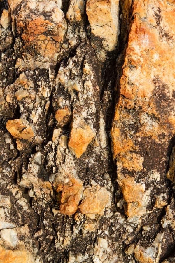 一块黄色石头的表面与水晶纹理的 免版税图库摄影