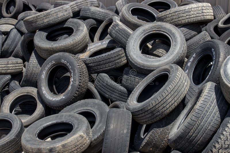 一堆废轮胎要重复使用、回收或维修 免版税库存图片