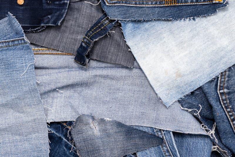 一堆旧蓝色牛仔裤的顶端 库存图片
