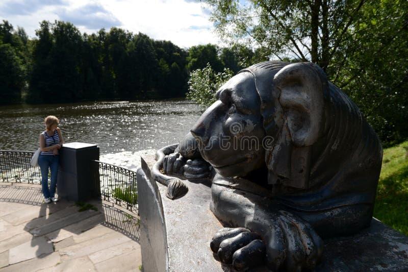 一头狮子的雕塑在上部Kuzminsky池塘的圆的码头的 库存照片