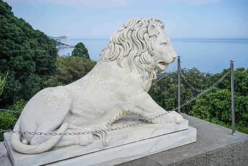 一头狮子的雕塑在沃龙佐夫宫殿 免版税库存照片