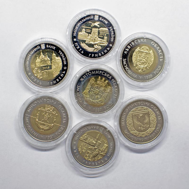 一套不同的衡量单位乌克兰hryvnia汇集硬币在金子颜色做的  免版税库存照片