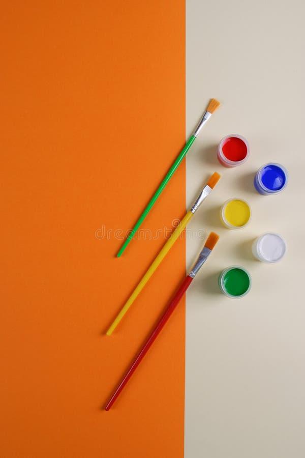 一套五把五颜六色的树胶水彩画颜料油漆和刷子 库存图片