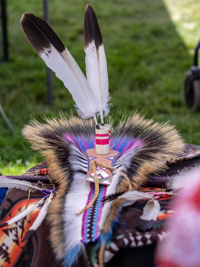 一套传统当地美国服装的元素-羽毛装饰的头饰 免版税库存图片