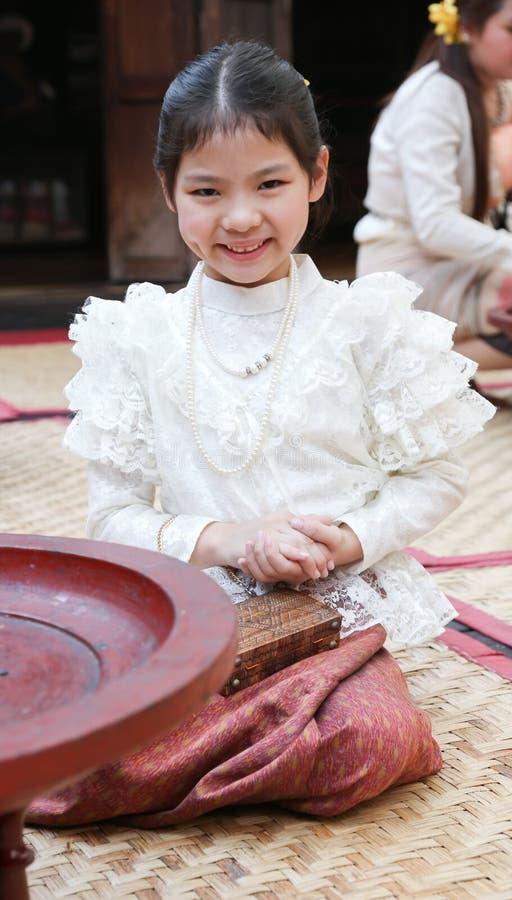 一套传统服装的小泰国女孩 免版税库存图片