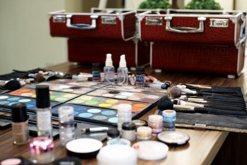 一套各种各样的阴影、刷子和化妆用品构成的 免版税库存照片