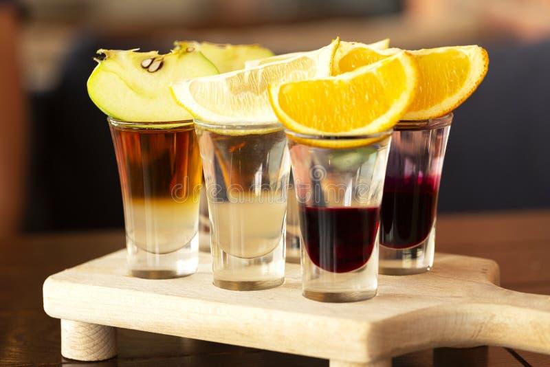 一套在玻璃射击者的层状鸡尾酒用果子作为一顿快餐为 图库摄影
