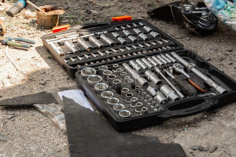 一套在箱子和自行车车轮的插口钥匙 免版税库存图片