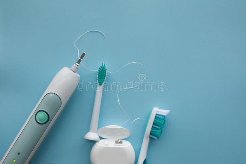 一套声波牙刷、牙线和经典牙刷 图库摄影