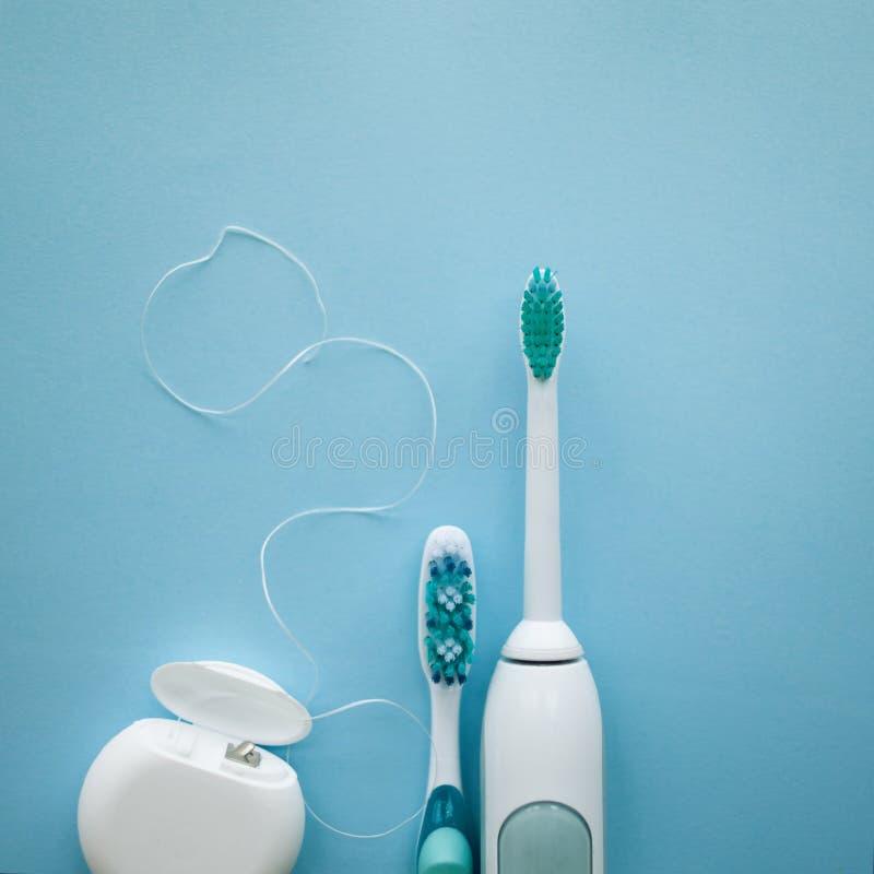 一套声波牙刷、牙线和经典牙刷 库存照片