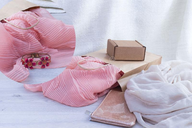 一套妇女` s时装配件购物的首饰围巾 免版税库存图片