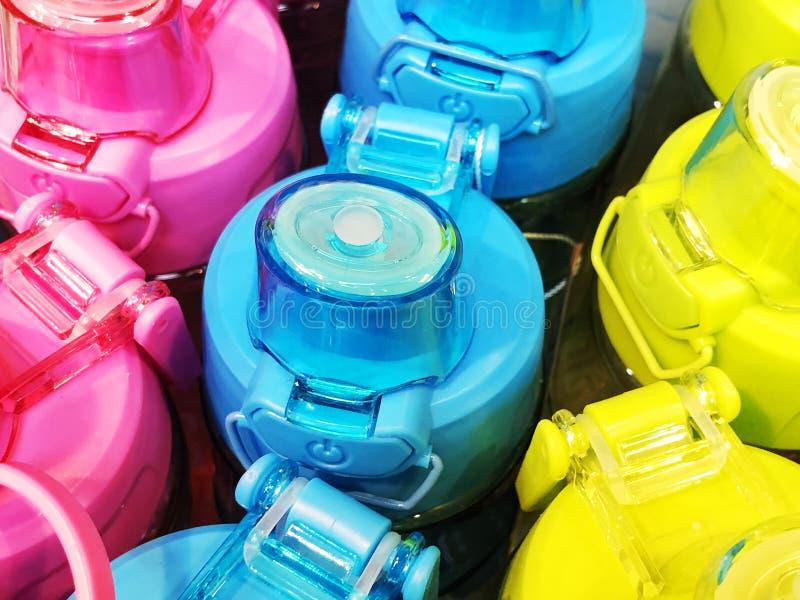 一套安全可再用的瓶用从不锈钢的水在桃红色、黄色和蓝色 库存图片