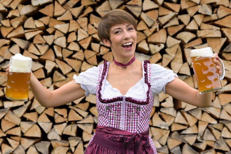 一套少女装的活泼的妇女用两啤酒 图库摄影